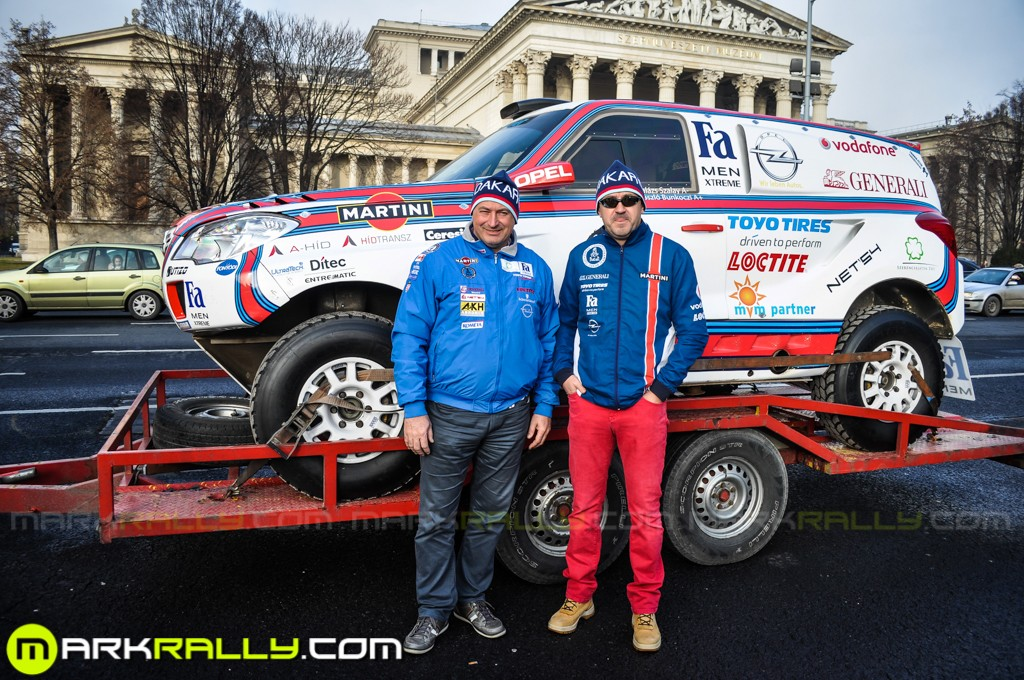 A Szalay Balázs-Bunkoczi László párosnak 6000 km-en kell uralni a 660 Nm-es, V8-as Opel Mokkát. Bunkoczi Laci hosszú felépülés után ül újra versenyautóba